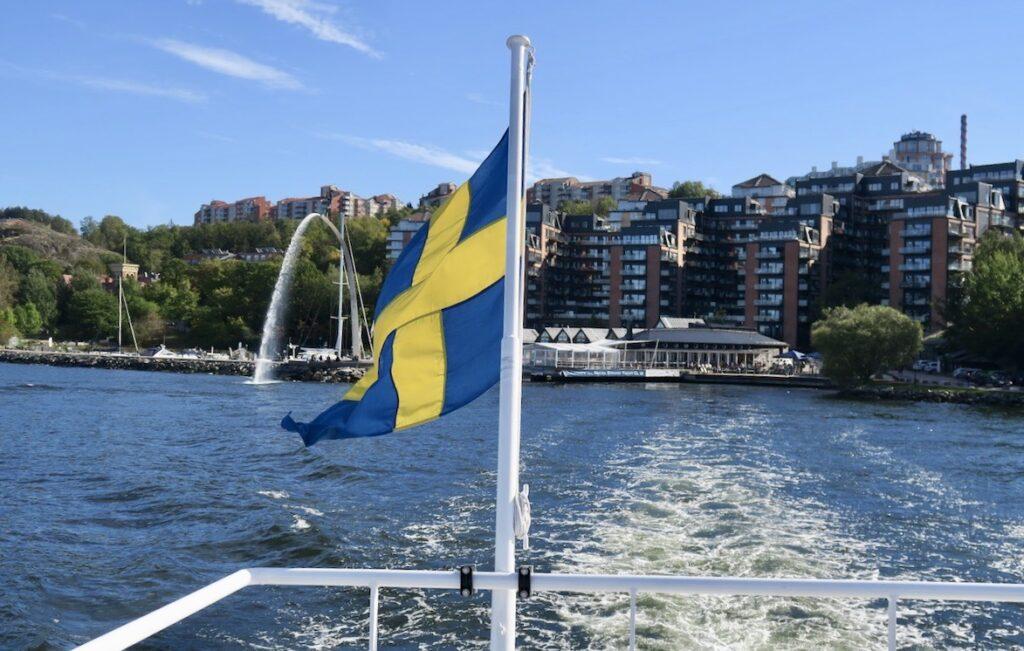 Nacka strand. Pendelbåten gör en del stopp på vägen till stan. Men det finns också båtar som går direkt från Nacka strandtill City.