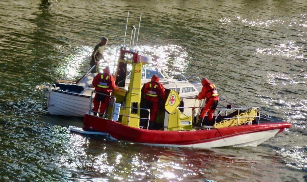Stockholm. Södermalm. Sjöräddningen har ryckt ut för att hjälpa en fritidsbåt