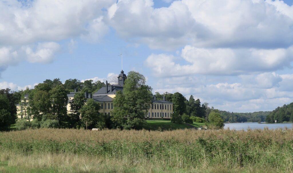 Ulriksdal och parkområdet som hör till slottet. I bakgrunden skymtar Ulriksdals slott.