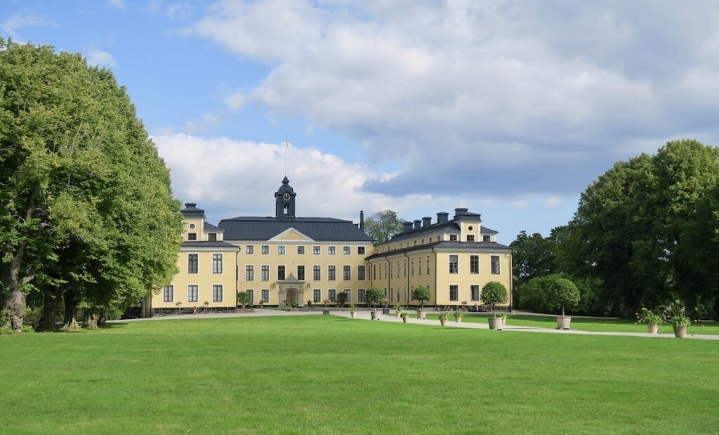 Solna. Ulriksdals slott uppfördes på 1600-talet men ar byggts om och till under årens lopp