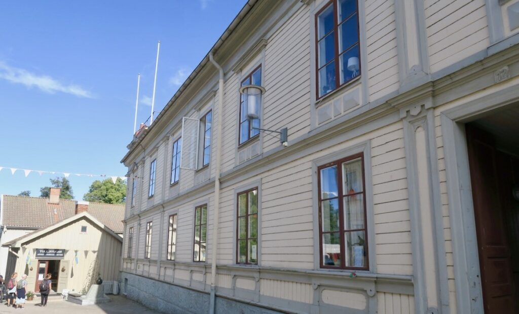 I Hjo finns detta hus kvar som förr var hotell Royal. som hennes pappa ägde. Här tillbringade Estrid Eicson sina ungdomsår.
