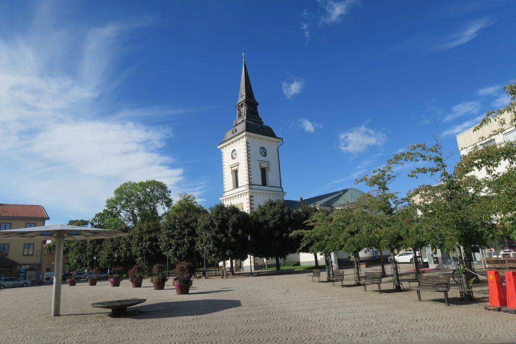 Västergötland.Torget i Hjo med den gamla kyrkan.