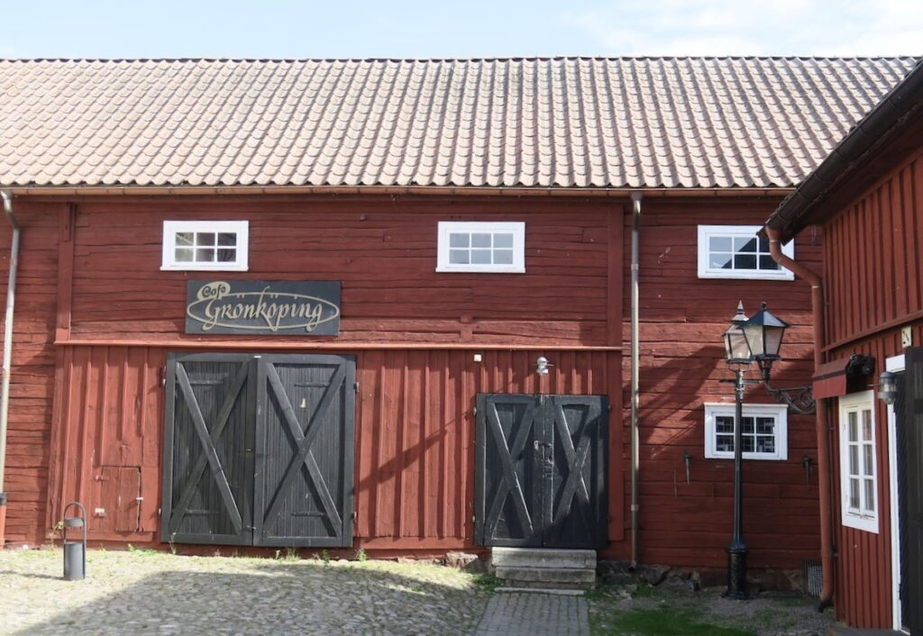 Västergötland. Hjo kallas också för trästaden och det är gott om mång agamla och fint bevarade trähus.