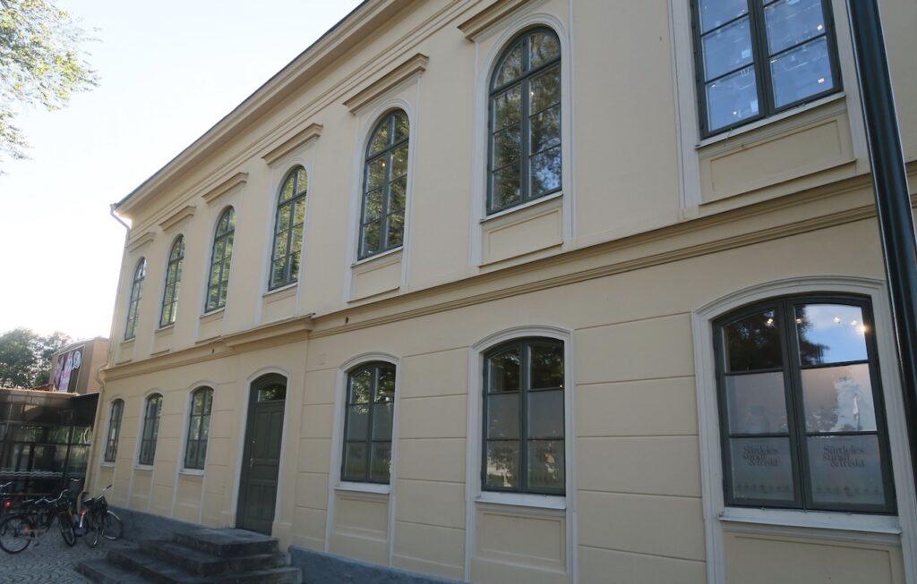 I Hjo är den gamla samskolan en del av kulturkvarteret. Här pågår ockå utställningen om Estrid Ericson och Firma Svenskt Tenn.