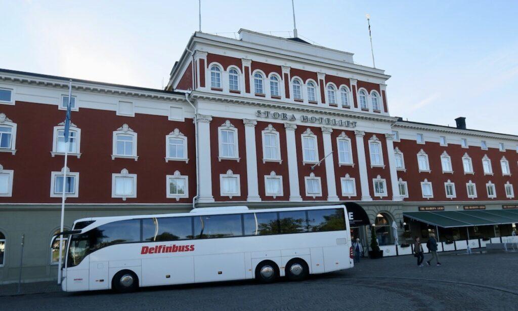 Jönköping. Stora hotellet och vår buss klar öfr avgång mot Gränna