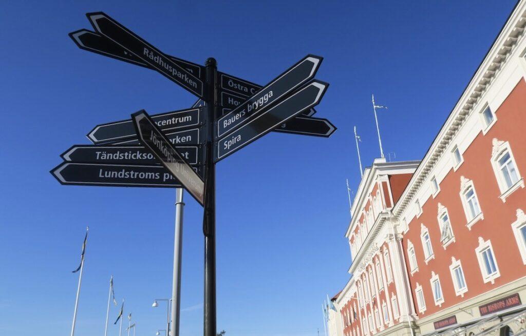 Jönköping. Stora hotellet. Tydliga skyltar som kan vara utgångspunkt för en skyltresa i stans centrala delar.
