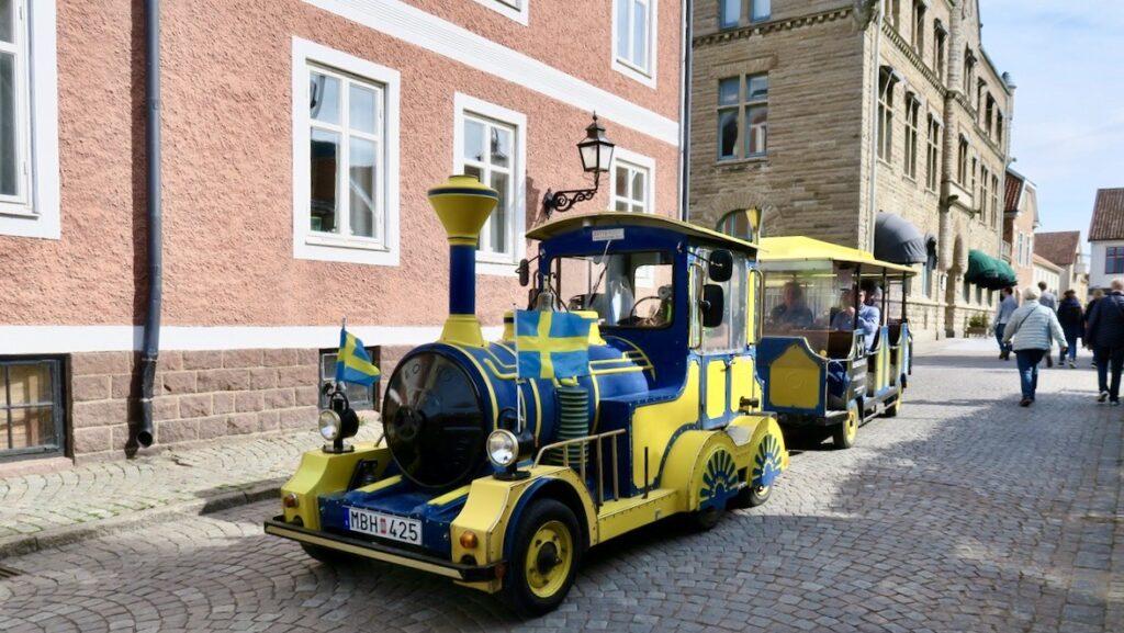 Vill man ta en tur genom Vadstena med det lilla tåget så går det också bra.