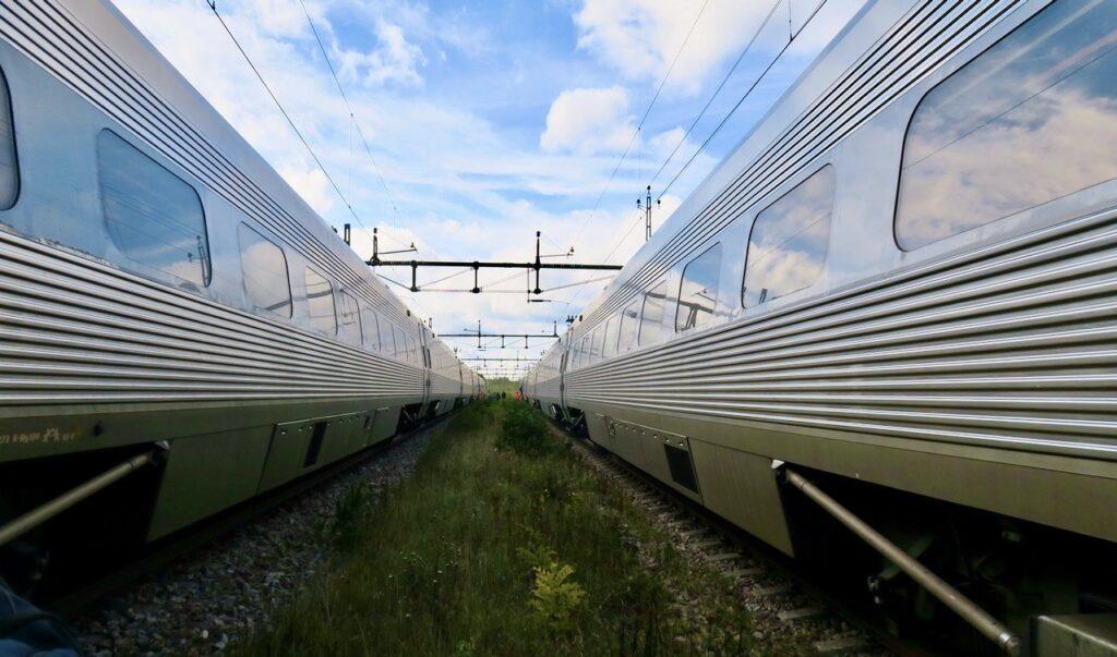 Söder om Katrineholm. Banvallen. Tåget från Skövde till Stockholm som vi lämnar står till höger. Till vänster det tåg som hämtar oss.
