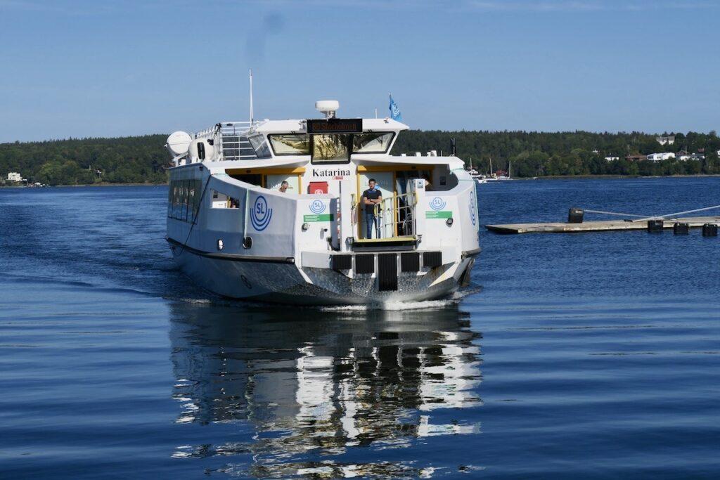 Stockholm. Med pendelbåt kan man smidigt och trevligt ta sig runt i Stockholmstrakten.