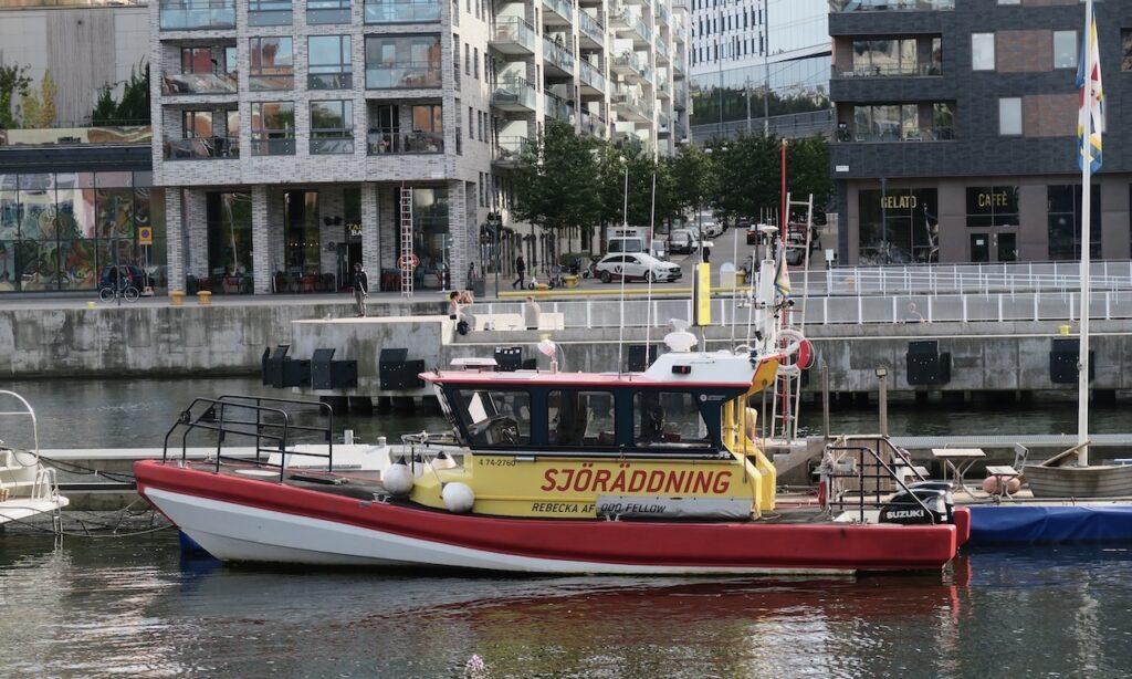 Stockholm. Södermalm. Hammarbyslussen. Här finns en sjöräddningsstation där man ofta får rycka ut för att hjälpa de som på sjön råkat ut öfr olyckor.