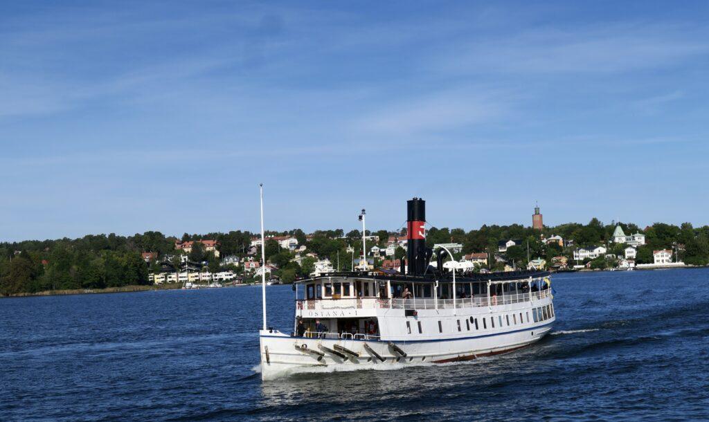 nÄstan framme i Vaxholm möter vi fartyget Östanå från Strömmabolaget