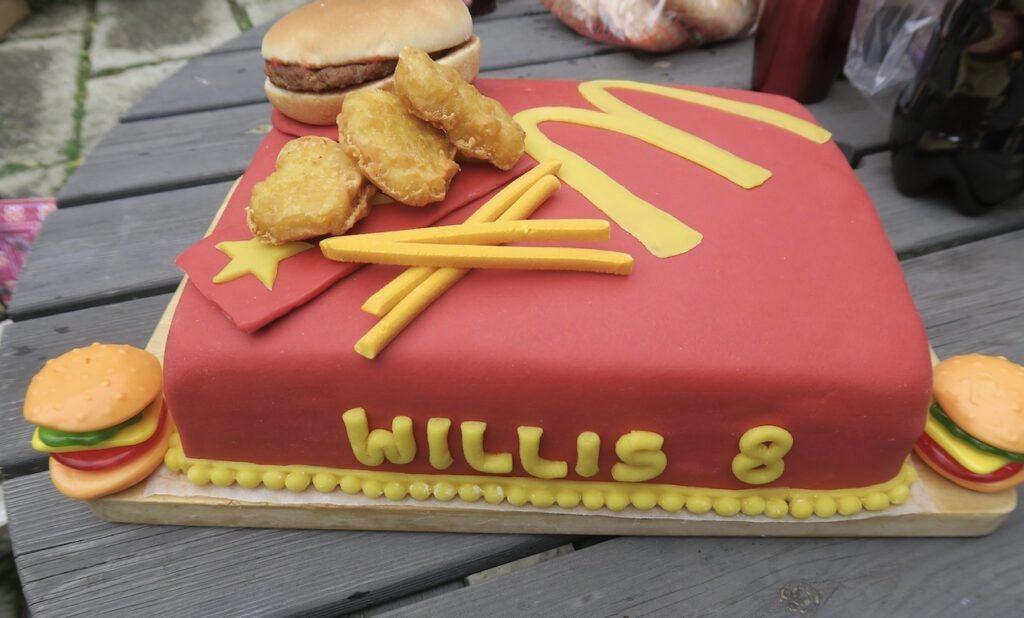 Dgas för kalas och en hemgjord önsketårta. En hamburgertårta men inspirtaion från McDonald´s.