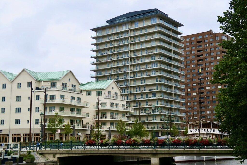 Norrtälje och gamla hamnomrdet där nya hus ersatt de gamla hamnmagasinen.