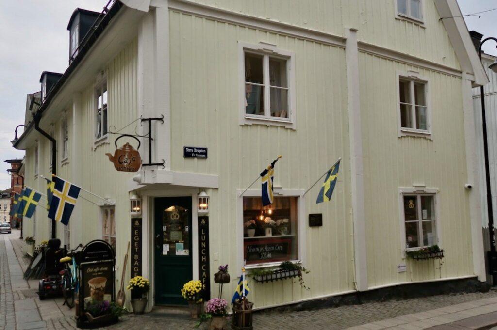 Café Hörnan i Norrtälje rekommenderas.