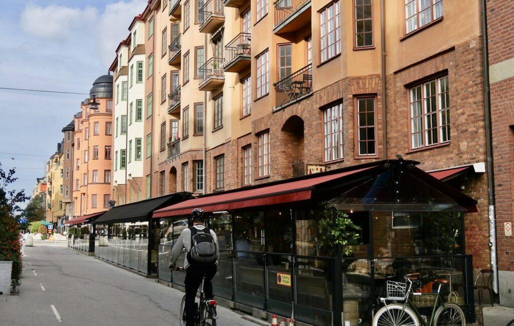 Stockholm. Rösrstarandsgatan. En gata som är fullmatad med mycket av det mesta.