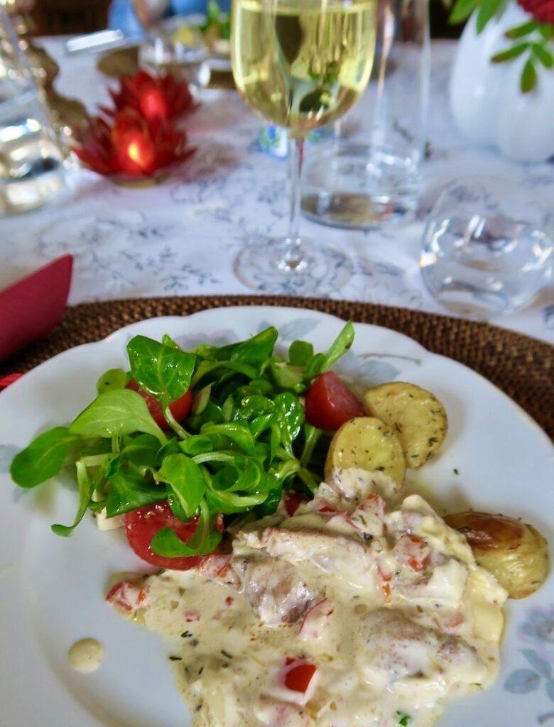Stockholm. Lunchen, en kycklinggratäng, var fullmatad med goda smaker och vackra färger.