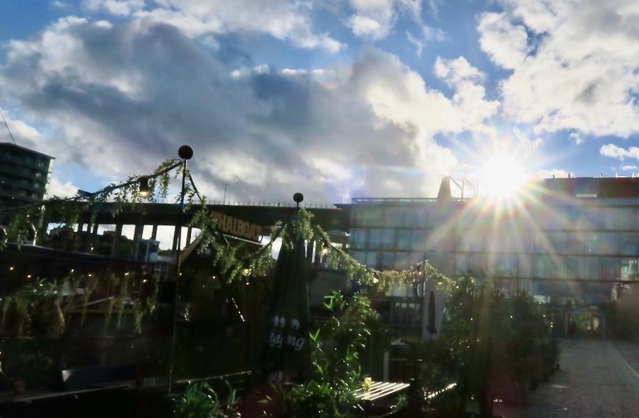 Stockholm. Södermalm. Norra Hammarbyhamnen. Jag möts ab en sol som verkligen sprider sina strålar.