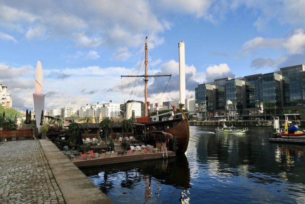 Södermalm. Stockholm. Restaurang Thaiboat. Norra Hammarbyhamnen. Sol, blå hinnel och speglingar i vattnet