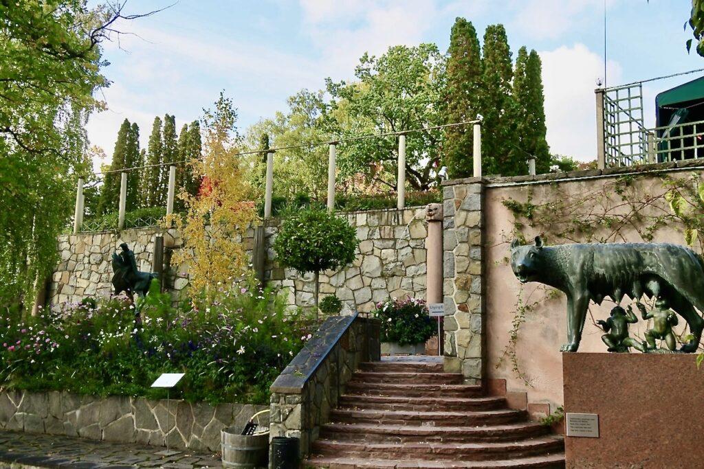 Romulus och Remus finns på en av terrasserna på Millesgården.