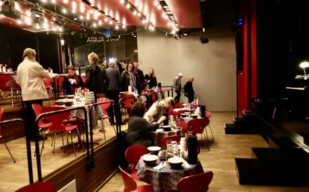 Stockholm. Stadsteatern Kulturhuset. Soppteater och många besökare.