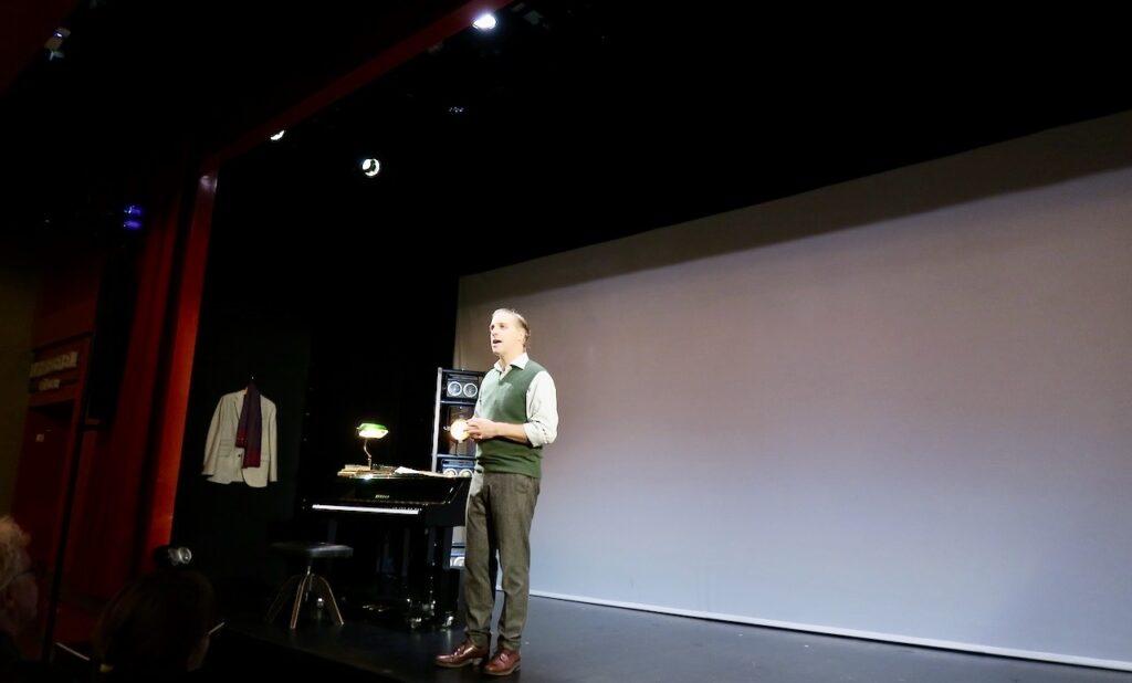 """Stockholm. Stadsteatern Kulturhuset. Soppteater """"Jakten på bibliotekstjuven"""" med Fredrik Meyer i rollen som Anders Burius."""
