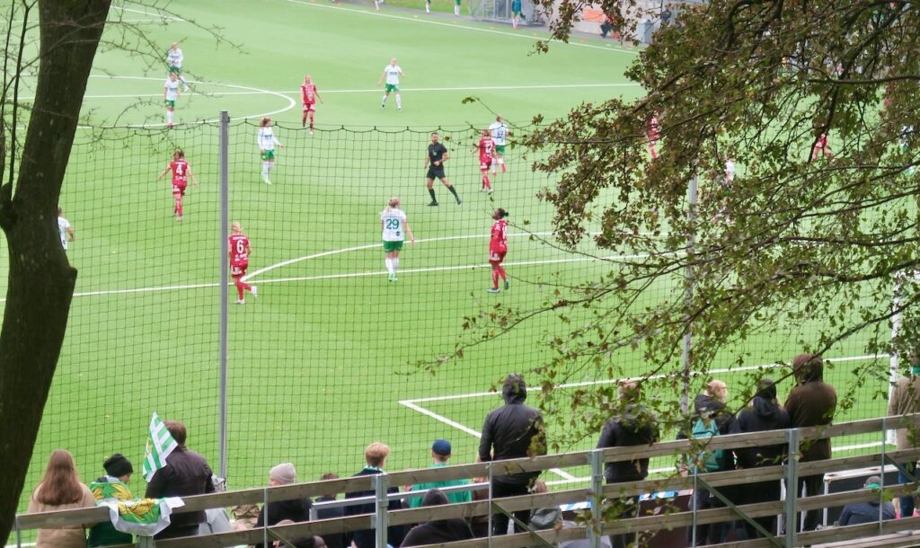 Södermalm. Kanalplan. Fotboll i damallsvenskan Hammarby -Piteå.. Och i fotboll vill det till att springa