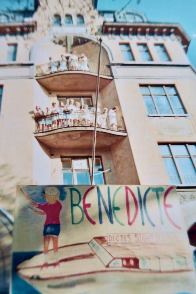 Stockholm. Min studentdag den 13 maj 1968. Här väntar jag på att springa ut efter avklarade studentförhör