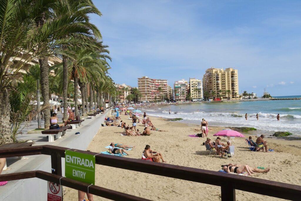Torrevieja.Spanien. Playa del Cura . Nästan som vanligt. Inget rutsystem för att hålla avstånd behövs längre.