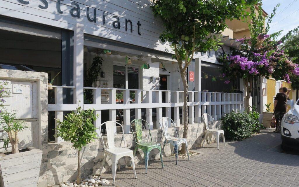 Spanien . Torrevieja. Nästan som vanligt på restaurang Mundo Pequeno. Men några extra stolar för rökare finns utsatta på trottoaren.