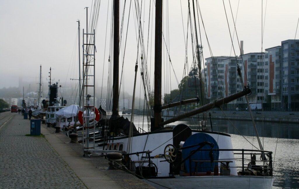 Stockholm. Södermalm. Norra Hammarbyhamnen. Hammarbykanalen. Dimman ligger tät.