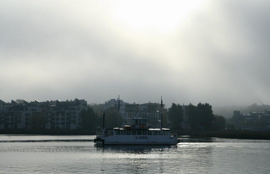 Stockholm. Södermalm. Dimman ligger kvar över Hammarby sjö och klockan är strax efter 8.