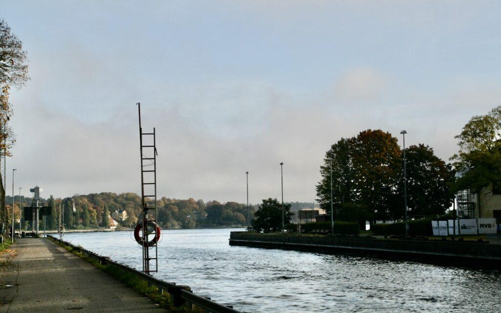 Stcokholm. Södermalm. Danvikskanalen. Dimman lättar allt mer.