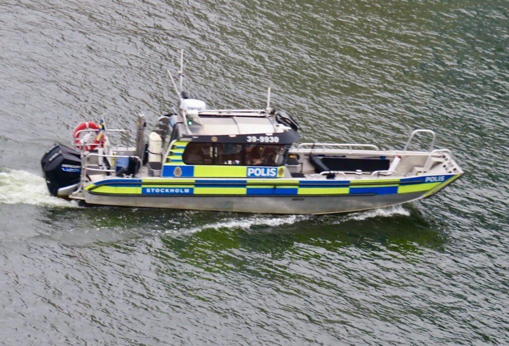 Stockholm. Södermalm. Polisbåtarna trafikerar ofta Hammarbykanalen och de har många uppgifter bl.a. att stoppa vattenscotrar och båtar som kör för fort och att jaga stulna båtar.