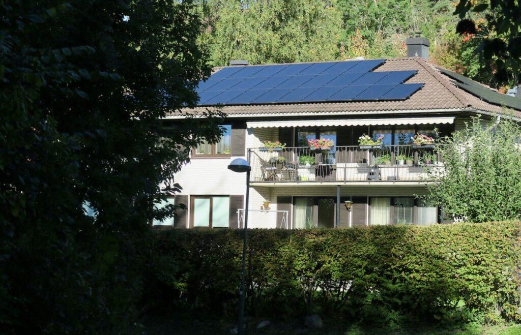 Stockholm.Stadsdelen Vårberg har också ett stort villaområde helt nära Mälaren.